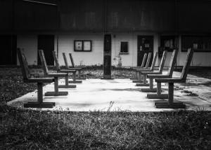 chairs218460_1280, jodylehigh, Domaine Public http://pixabay.com/fr/chaises-vide-abandonnés-218460/